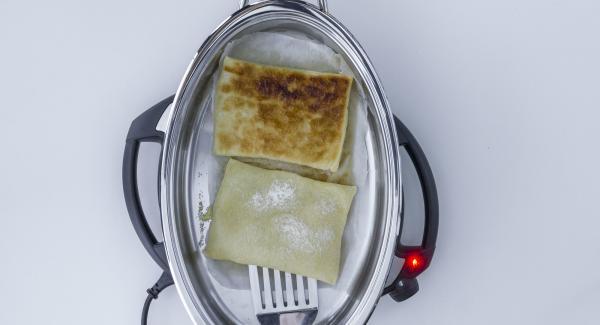 Al suono di Audiotherm, togliere il coperchio, girare la pasta sfoglia e sistemare sopra le fettine di mela.