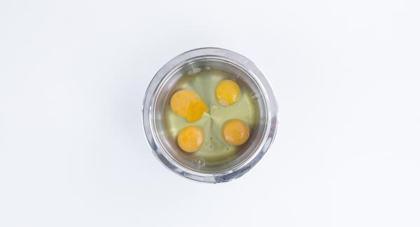 Sbattere le uova, lo zucchero (12 cucchiai) e il lievito sino ad ottenere una consistenza soffice.