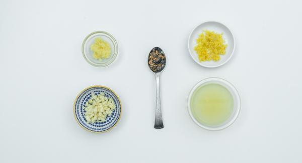 Lavare il limone con acqua calda, grattugiare la scorza gialla e spremere il succo. Pelare e grattugiare lo zenzero. Schiacciare le bacche di ginepro, pelare e tritare l'aglio. Mescolare il tutto con la senape.