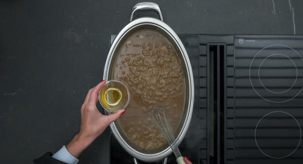 Legare la salsa aggiungendo l'amido di mais sciolto in un po' d'acqua fredda. Incorporare alla salsa i dadini di papaya e il miele. Affettare il cosciotto di agnello, guarnirlo con la salsa e servire.