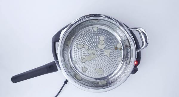 Al suono di Audiotherm, aggiungere olio, aglio e peperoncino. Soffriggere per 5 secondi e aggiungere i gamberi.