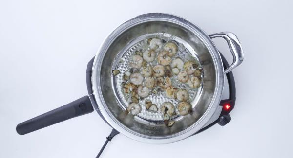 Togliere il coperchio, aggiustare di sale e aggiungere il prezzemolo tritato.