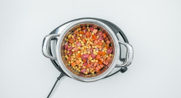 Pelare le cipolle e tagliarle a dadini. Mondare i pomodori e tagliare anch'essi a dadini. Trasferire nell'unità di cottura tutti gli ingredienti insieme con i ceci scolati, salare e pepare. Chiudere l'unità con Secuquick.