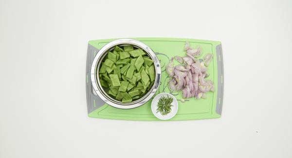 Pelare gli scalogni e tagliarli in striscioline. Mondare i fagiolini piattoni e tagliarli obliquamente in pezzi di ca. 1 cm. Staccare gli aghi di rosmarino.