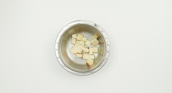 Ammollare il pancarré in acqua fredda. Pelare lo scalogno e tagliarlo a dadini. Tritare i capperi