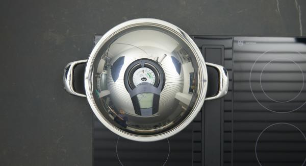 Al suono di Audiotherm, abbassare il livello e rosolare gli involtini da tutti i lati.