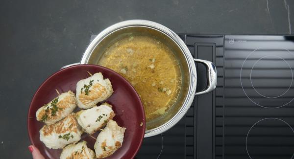 Mescolare la farina con il burro. Estrarre gli involtini, portare a bollore il brodo. Unire il composto di farina e burro, lasciar sobbollire scoperta la salsa per 4 minuti circa.