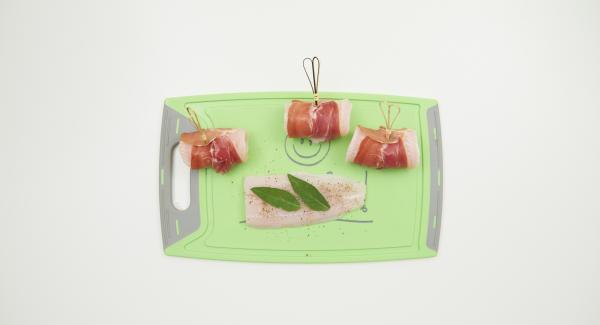 Salare e pepare il pesce su entrambi i lati. Avvolgere ogni singolo pezzetto di pesce in una fetta di prosciutto insieme con due foglie di salvia, quindi fermare con uno stecchino.