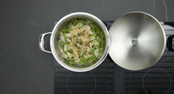 """Trasferire i piattoni ancora grondanti d'acqua nell'unità di cottura, distribuirvi sopra gli scalogni e il rosmarino. Posizionare l'unità di cottura sul fornello e impostarlo al massimo. Accendere Audiotherm , impostare un tempo di cottura di 10 minuti, applicarlo su Visiotherm e ruotarlo fino a visualizzare il simbolo """"verdura""""."""