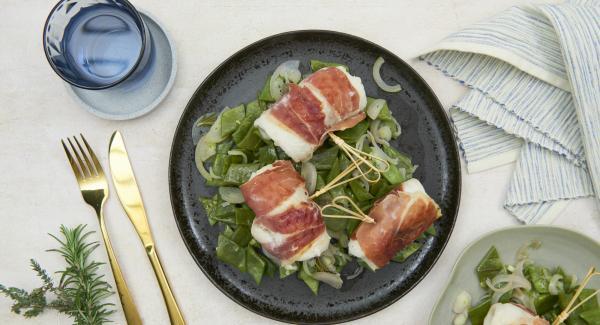 Condire i piattoni con sale, pepe e olio di oliva e disporli in un piatto. Distribuirvi sopra i saltimbocca con il sugo di cottura.