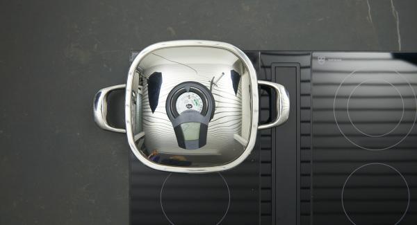 """Al suono di Audiotherm, abbassare il livello e adagiare i saltimbocca. Mettere il coperchio e con Audiotherm cuocere fino a raggiungere il """"punto di girata"""" a 90 °C."""