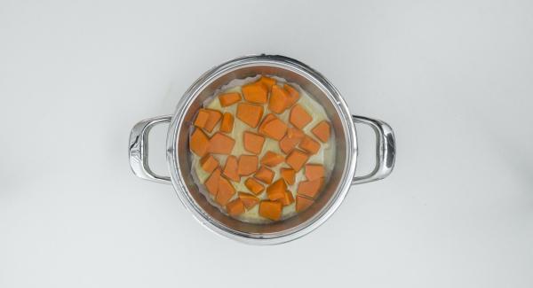 Nel frattempo, estrarre la zucca dall'Unità di cottura, scolarla bene, ridurla in purea e lasciarla raffreddare.