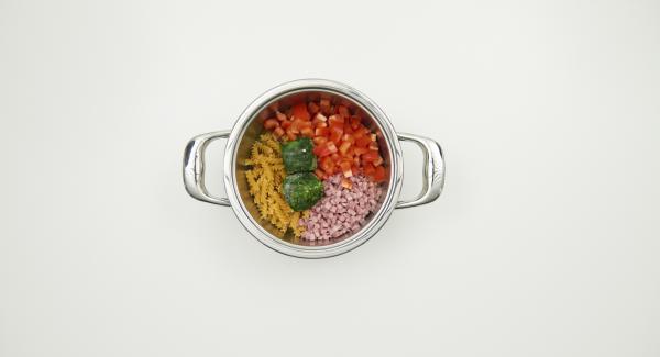 Mondare il peperone e ridurlo a dadini. Trasferirlo nell'unità di cottura insieme con la pasta, il brodo vegetale, il prosciutto a dadini e gli spinaci surgelati.