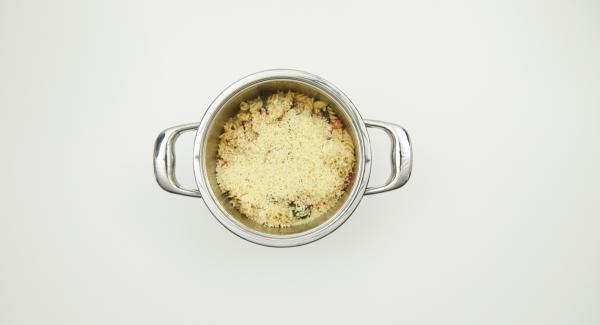 Togliere Secuquick e amalgamare la panna alla pasta. Insaporire con la paprica, sale e pepe e cospargere con il formaggio.