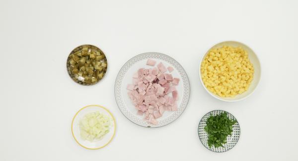 Pelare le patate e le cipolle e tagliarle a dadini di 0,5 cm. Tagliare a dadini i cetrioli sott'aceto e il prosciutto cotto. Tritare finemente le foglie di prezzemolo e mescolare il tutto.