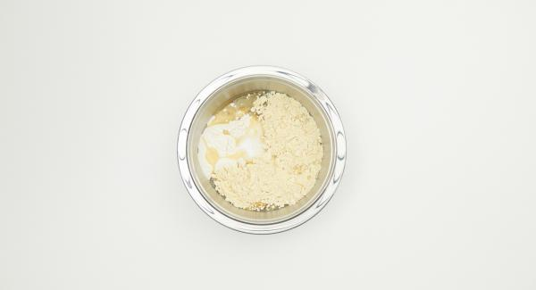 Mescolare gli ingredienti (tranne il cucchiaio di olio o burro da utilizzare per la cottura) con uno sbattitore fino a ottenere una pastella liquida e liscia. Coprire e far riposare per 30 minuti.