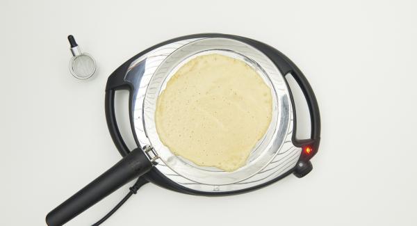 Versare la pastella in oPan e cuocere a livello medio finchè non si raggiunge il livello di cottura desiderato.