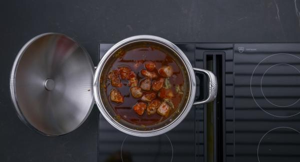 Insaporire con sale, pepe, coriandolo e cumino. Aggiungere la passata di pomodoro, continuare a mescolare e rosolare brevemente, quindi sfumare con il vino rosso e il brodo.