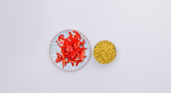 Nel frattempo, lavare i peperoni, tagliarli a striscioline sottili e scolare il mais.