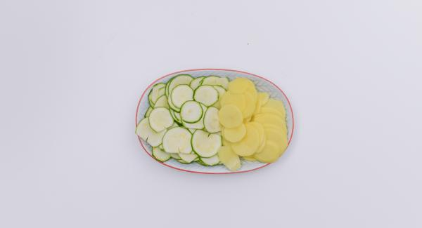 Mondare le zucchine, pelare le patate e affettarli sottilmente.