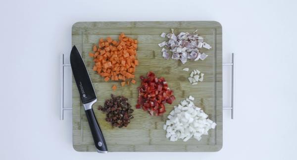Tagliare a cubetti la cipolla, la carota, il peperone rosso, l'aglio, il chorizo e la pancetta affumicata