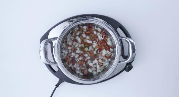 Trasferire questi ingredienti nell'unità di cottura fredda, insieme con le lenticchie, senza mescolare, aggiungere l'acqua, l'olio di oliva, la paprica e il sale.
