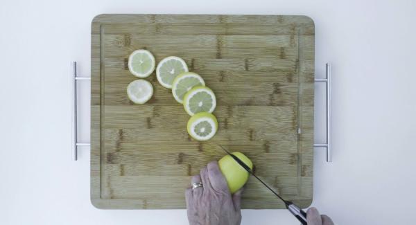 Tagliare i limoni a fette non troppo sottili.