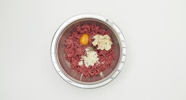 Per il polpettone tagliare il pane a pezzetti e farlo ammorbidire in acqua. Strizzarlo e impastarlo con la carne macinata, la cipolla tritata, l'uovo e le spezie fino a ottenere un composto liscio.