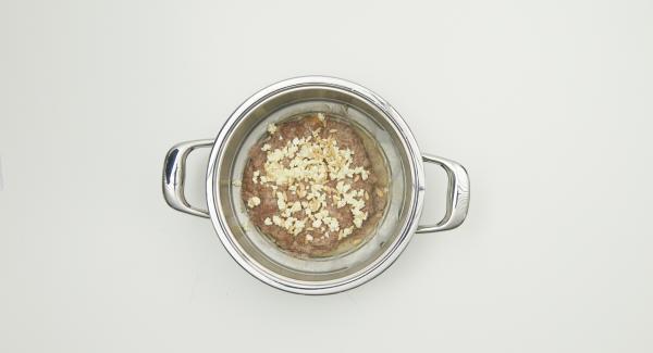 """Trascorso il tempo di cottura, disporre l'Inserto """"2 in 1"""" su un piatto grande e cospargere il polpettone con il mix di formaggio e pinoli."""