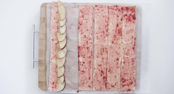 Disporre i pezzetti di mela su uno dei bordi (circa a metà rivolti verso l'esterno), facendoli sporgere un po'.