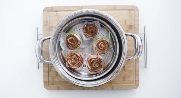 Mettere ogni rosa su un pezzo piccolo di carta da forno e poi inserirla in uno stampo di silicone. Inserire tutte le rose nella Softiera.