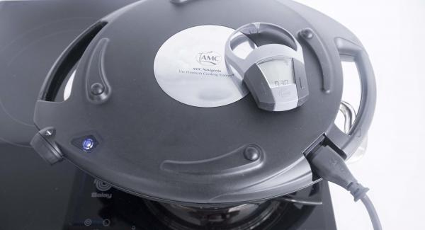 Mettera la Softiera nell'unità. Posizionare l'unità sul fornello a temperatura media e coprire con Navigenio capovolto regolato a livello I. Quando la spia di Navigenio lampeggia di rosso/blu, inserire un tempo di 40 minuti su Audiotherm e cuocere al forno.
