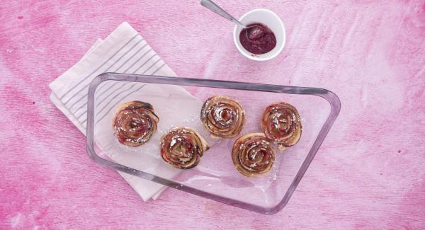Sfornare le rose e cospargere di zucchero a velo. Gustarle tiepide.