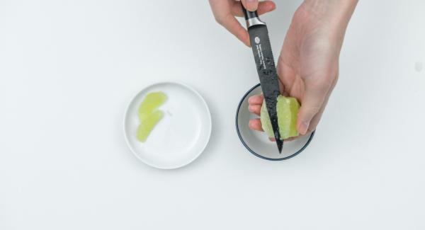 Pelare la cipolla e tagliarla a dadini. Lavare i lime con acqua calda, grattugiare la scorza verde e tagliare la polpa a filetti. A tal fine, sbucciare a vivo i lime, staccare i filetti con un coltello affilato raccogliendo il succo e tagliarli a metà.