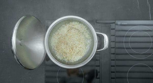 Al suono di Audiotherm, togliere il coperchio, aggiungere il riso e far rosolare a fuoco basso mescolando. Sfumare con il vino bianco.