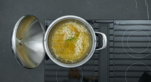 Aggiungere il brodo vegetale, lo zucchero, la scorza e il succo dei lime. Chiudere l'unità con Secuquick.