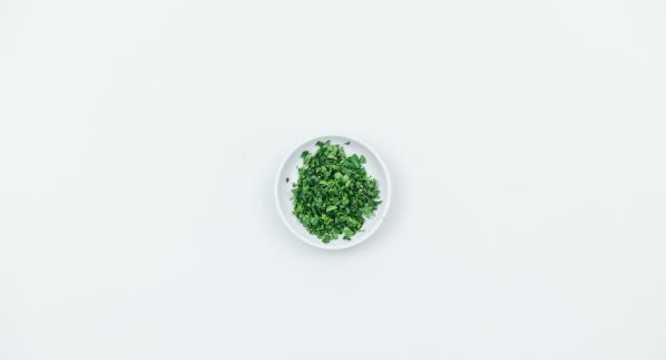 Aggiungere il burro e il parmigiano e aggiustare di sale e pepe. Tritare le foglie di coriandolo. Mescolarle al risotto con i filetti di lime e aggiustare nuovamente di sale e pepe.