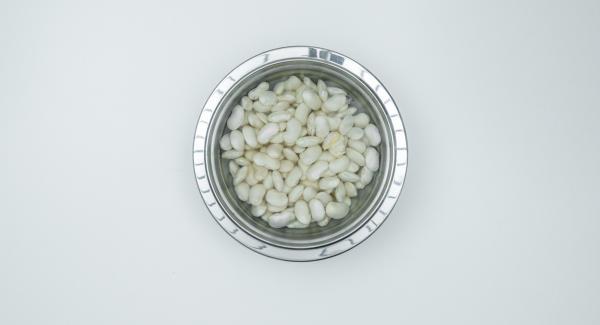 Mettere in ammollo i fagioli in acqua fredda per una notte.
