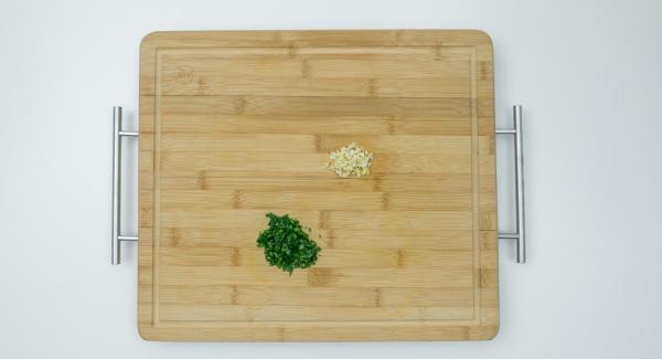 Pelare e tagliare a dadini l'aglio, staccare le foglie di prezzemolo e tritarle finemente. Mescolare i dadini di pancetta, l'aglio e il prezzemolo.
