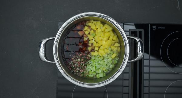 Al suono di Audiotherm, attendere l'apertura Secuquick. quindi aggiungere le patate, la cipolla, il sedano, il vino rosso e metà del trito di prezzemolo.