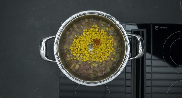 Attendere l'apertura di Secuquick, quindi aprire l'unità. Far sgocciolare il mais, aggiungerlo e portare a bollore. Aggiustare di sale e pepe e guarnire con il trito di prezzemolo rimasto.