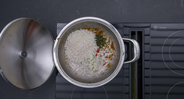 Aggiungere le cipolle, il peperoncino tritato, il rosmarino e il riso e rosolare il tutto. Sfumare con il vino e aggiungere il brodo.