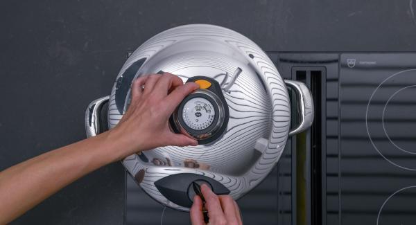 Chiudere l'Unità con Secuquick. Regolare il fornello al massimo, scaldare l'Unità di cottura fino a Soft, abbassare il calore e, con l'aiuto di Audiotherm, cuocere per ca. 7 minuti.