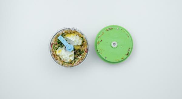 Mondare i ravanelli, tritarli insieme al cetriolino nel Tritamix, tagliare l'erba cipollina e unirla al trito di verdure. Sbucciare l'uovo, tagliarlo a metà, metterlo nel Tritamix e tritare ancora un poco. Unire il formaggio spalmabile e la senape, insaporire con sale e pepe e mescolare bene il tutto.