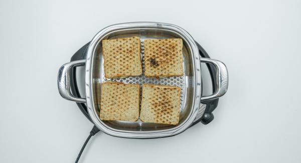 Tostare il primo lato per circa 1 minuto. Voltare i sandwich, rimettere il coperchio e tostare per ca. 7 minuti.