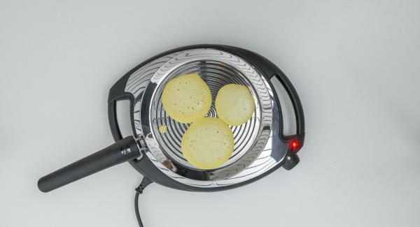 Al raggiungimento della doratura desiderata, girare i pancake e portarli a cottura. Procedere allo stesso modo con la restante pastella.
