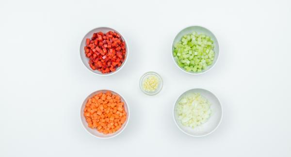 Lavare e spazzolare le cozze ed eliminare il bisso. Scartare le cozze aperte. Pelare la cipolla, l'aglio e la carota, mondare il sedano e il peperone, tagliare tutto a dadini.