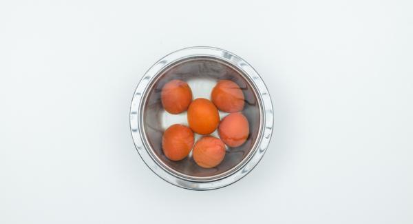 Scottare i pomodori in acqua bollente, spellarli e tagliarli a dadini.