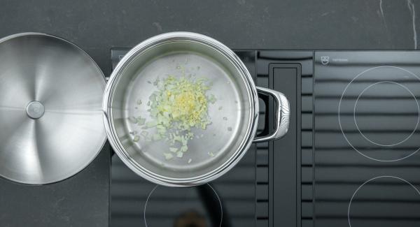 """Mettere la cipolla e l'aglio nell'unità di cottura, accendere Audiotherm, applicarlo su Visiotherm, coprire e riscaldare a fuoco massimo ruotando fino alla finestra """"carne""""."""