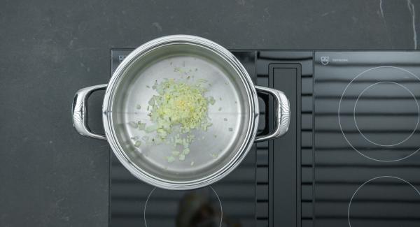 Al suono di Audiotherm, togliere il coperchio e, a calore basso e sempre mescolando, aggiungere poco alla volta il sedano, la carota e il peperone e rosolarli.